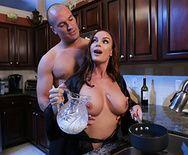 Классический секс с грудастой зрелой красавицей на кухне - 1