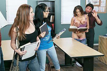 Порно с пышногрудой студенткой и ее преподавателем