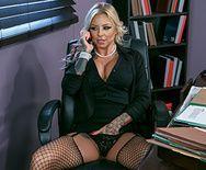 Порно на столе с татуированной сисястой блондинкой - 1