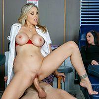Порно зрелая медсестра скачет на длинном члене пациента