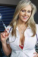 Порно зрелая медсестра скачет на длинном члене пациента #2