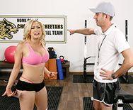 Нежный секс в спортзале с пышногрудой блондинкой - 1