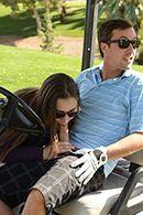 Смотреть страстный секс молодой пышнозадой брюнетки на поле для гольфа #1