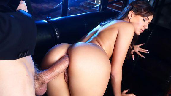 Порно анал со стройной официанткой в клубе