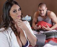Домашнее порно с пышной медсестрой на кровати - 1