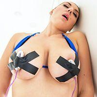 Пышногрудая блондинка обильно кончает после секса