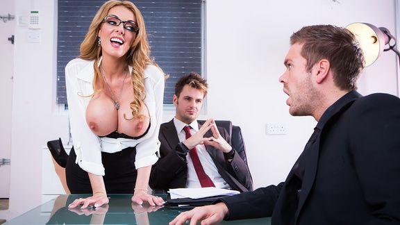 Порно пышногрудой секретарши с боссом