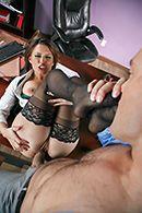Порно в офисе с пышногрудой брюнеткой в чулках #3
