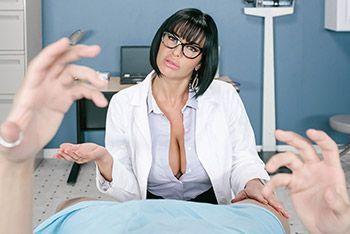 Порно видео с брюнеткой в униформе медсестры от первого лица