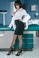Порно видео с брюнеткой в униформе медсестры от первого лица #1