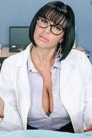 Порно видео с брюнеткой в униформе медсестры от первого лица #2