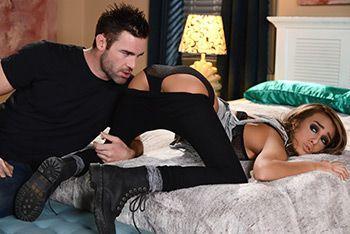 Красивый секс длинноногой модели с незнакомцем в отеле