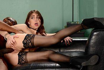 Межрасовый секс с секретаршей в чулках