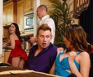 Групповое порно с друзьями свингерами на кухне - 1