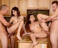 Групповое порно с друзьями свингерами на кухне - 3