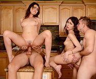 Групповое порно с друзьями свингерами на кухне - 5