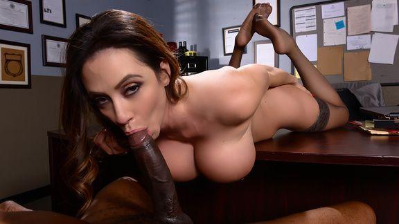 Смотреть межрасовый секс негра со страстной брюнеткой в участке