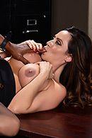 Смотреть межрасовый секс негра со страстной брюнеткой в участке #4