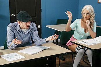 Горячее порно в школе с пышногрудой блондинкой