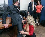 Смотреть порно с ненасытной блондинкой в офисе - 1