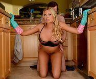 Порно со зрелой сексуальной блондинкой с татуировками на кухне - 3