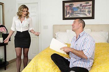 Смотреть классический секс с взрослой блондинкой в черных чулках в спальне