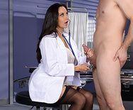 Секс пациента со зрелой медсестрой в чулках - 1