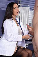 Секс пациента со зрелой медсестрой в чулках #2
