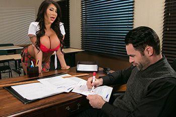 Грудастая школьница брюнетка совращает учителя и трахается с ним в пизду в кабинете