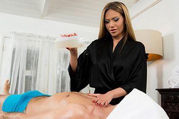 Смотреть порно с сексуальной блондинкой массажисткой