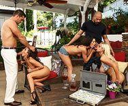 Смотреть горячий групповой секс со стройными элитными проститутками - 2