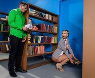 Смотреть трах в пизду с пышногрудой блондинкой в библиотеке - 1