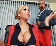 Похотливая сексуальная блондинка ебётся с бизнесменом на столе - 1
