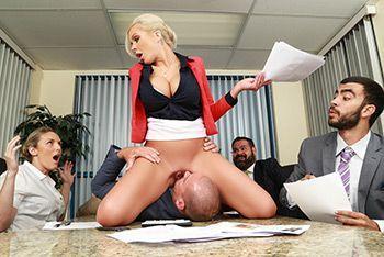 Похотливая сексуальная блондинка ебётся с бизнесменом на столе