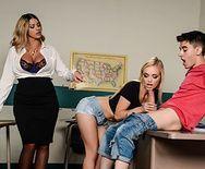 Парень трахнул в пизду молоденькую студентку и свою сексуальную училку в чулках на столе - 1
