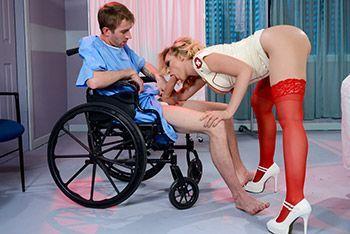 Порно грудастой медсестры в анальное отверстие