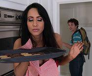 Пышногрудая горячая мамочка трахнулась в пизду на кухне - 1
