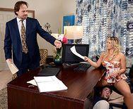 Симпатичная блондинка с большими сиськами трахается в пизду в офисе - 1