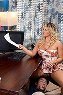 Смотреть секс красивой блондинки с ассистентом в офисе #1