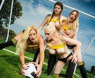 Смотреть групповое порно тренера с сексуальными молодыми футболистками на поле - 2