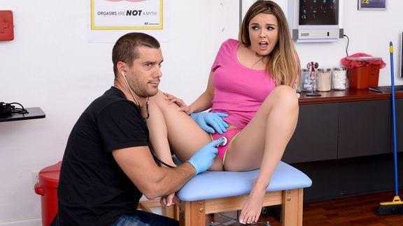 Страстным секс милой шатенки с доктором в больнице на столе