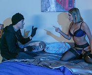 Маньяк трахает в пизду молодую красотку блондинку в её доме - 2