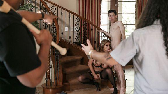 Секс изммена сексуальной зрелой дамочки в чулках с молодым парнем