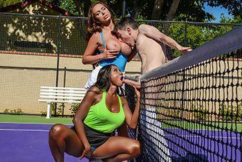 Смотреть межрассовое порно двух сексуальных теннисисток с тренером