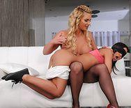Смотреть жесткий анал сексуальных лесбиянок резиновым членом - 1