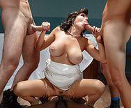 Групповой секс желанной зрелой брюнетки с тремя мужиками порно пародия - 2