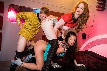 Смотреть красивый групповой секс с двумя сексуальными стройными красотками