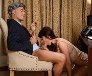 Зрелая сексуальная брюнетка секретарша занимается анальным сексом на столе с боссом - 1