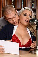 Смотреть порно сексуальной блондинки с похотливым мужиком #1