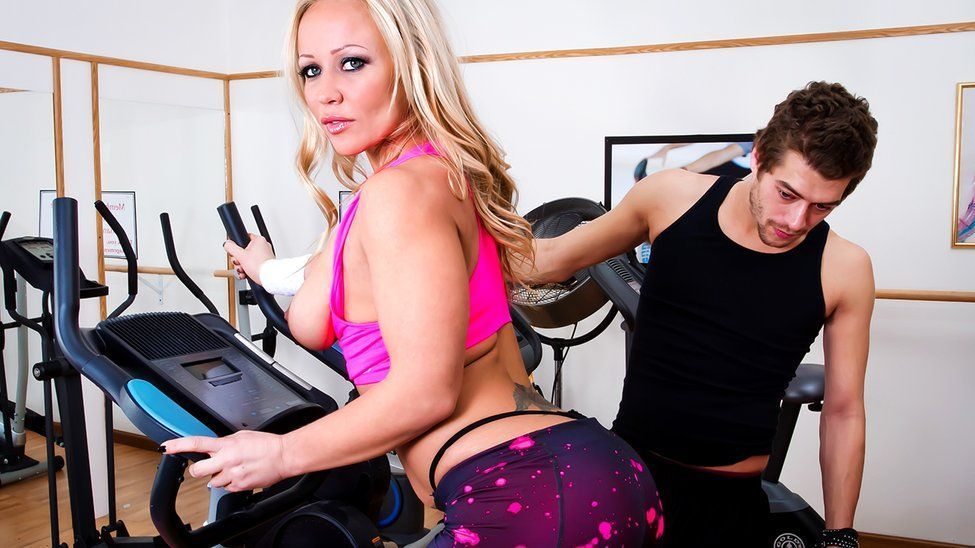 Секс с блондинкой в тренажерном зале